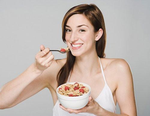 nên chia nhỏ bữa ăn giúp bạn hấp thu dinh dưỡng tốt hơn