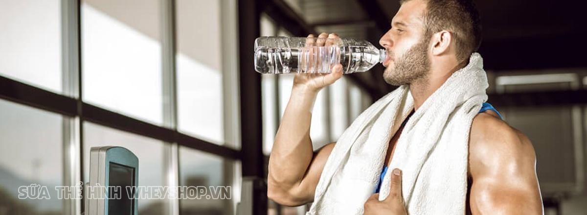 Trong quá trình tập gym uống nước gì và uống bao nhiêu lít nước để tránh khỏi tình trạng mất nước thông qua mồ hôi, giữ cho cơ thể một lượng nước nhất định.