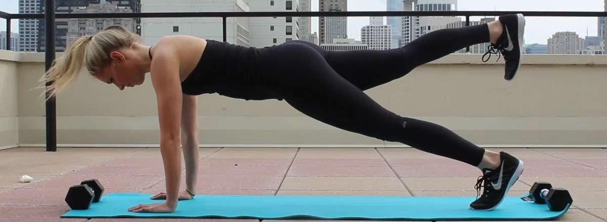 30 bai tap workout tai nha giam can hieu qua Plank with Alternating Leg Lift