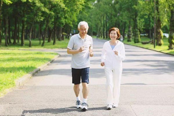 bị thoái hóa khớp gối có nên đi bộ