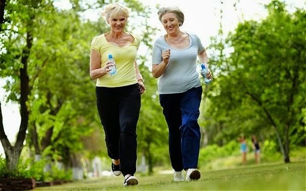 bị thoái hóa khớp gối có nên đi bộ không