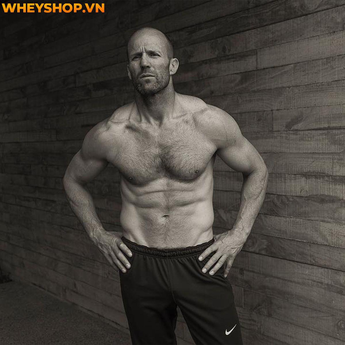 Jason Statham được biết đến là một diễn viên, nhà sản xuất phim và là một võ sĩ người Anh. Ngoài ra, anh còn là một thành viên trong đội lặn của quốc gia Anh...
